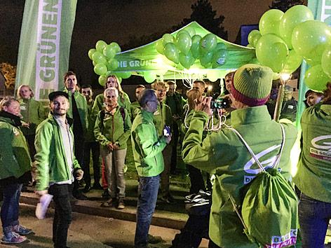 Grünen-Anhänger vor dem ORF-Zentrum