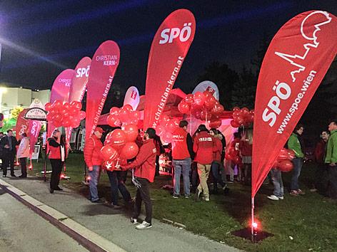 SPÖ-Anhänger vor dem ORF-Zentrum