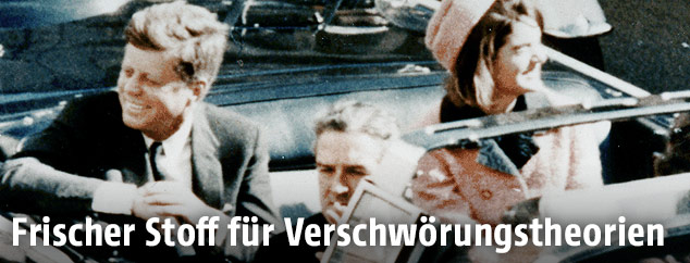 John F. Kennedy und seine Frau Jacki sitzen in einem Cabrio, kurz bevor JFK erschossen wurde