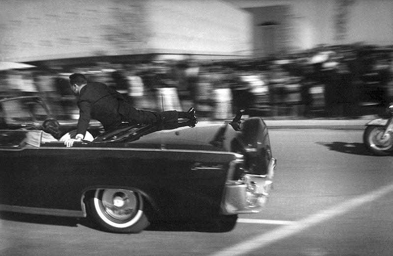 Langzeitaufnahme des fahrenden Autos, kurz nachdem John F. Kennedy erschossen wurde