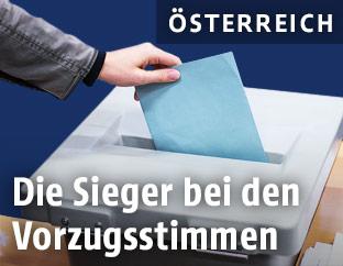 Frau wirft Stimme in Wahlurne