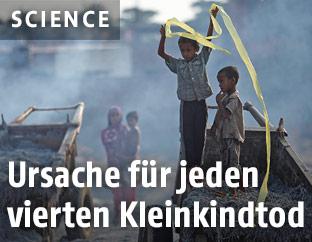 Kinder spielen in Abfällen einer Gerberei