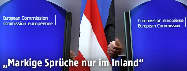 Rednerpulte und Österreich-Fahne