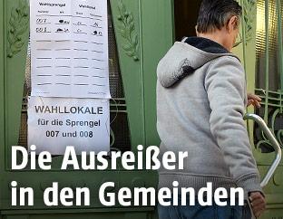 Mann beim Betreten eines Wahllokals