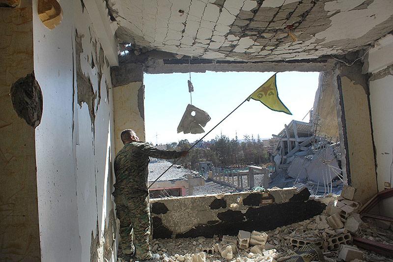 Syrischer Soldat mit Flagge
