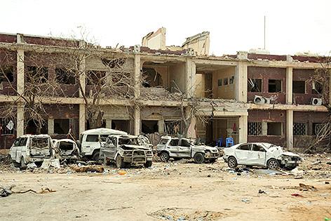 Ausgebrannte Autos und zerstörte Gebäude am Explosionsort in Mogadischu