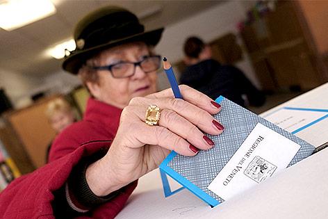 Frau bei der Stimmabgabe