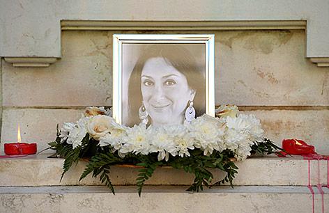 Blumen und Kerzin in Erinnerung an die von einer Bombe getöteten Journalistin und Bloggerin Daphne Caruana Galizia in Malta