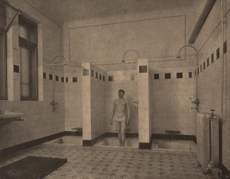 Mann steht in einem Bad für Arbeiter