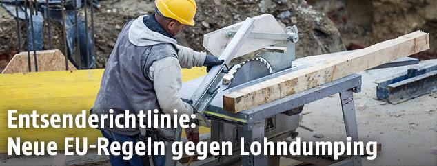 Bauarbeiter beim Schneiden von Holz