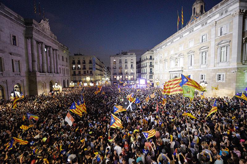 Menschenmassen vor dem Parlament