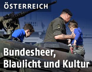 Soldat mit Kindern auf einem Panzer