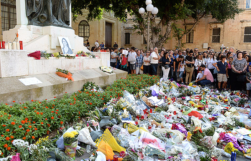 Menschen trauern um die ermordete Journalistin