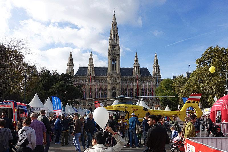 Hubschrauber auf dem Rathausplatz bei der Leistungsschau des Bundesheers