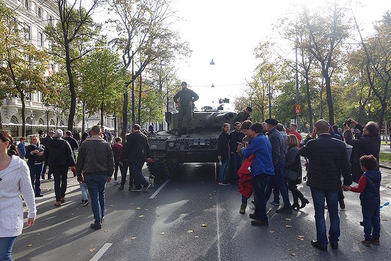 Panzer auf der Wiener Ringstraße bei der Leistungsschau des Bundesheers