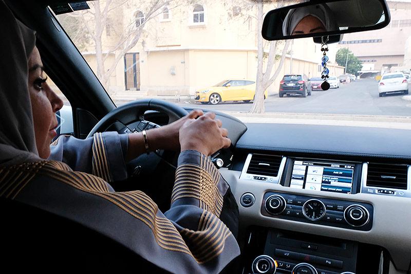 Frau lenkt Auto