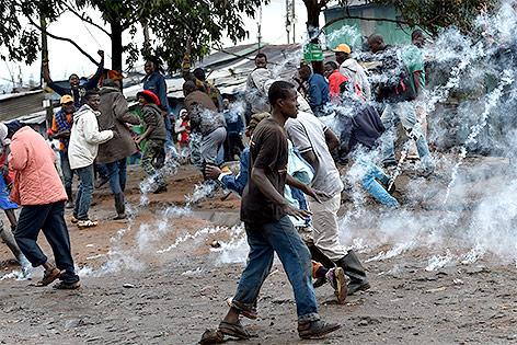 Menschen flüchten vor Tränengas in einem Vorort Nairobis