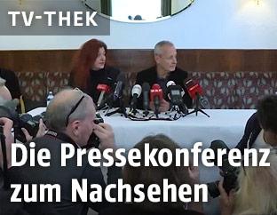 Peter Pilz und seine Mitarbeiterin vor Journalisten
