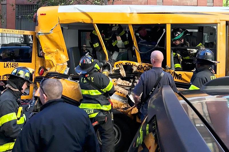 Feuerwehrleute sichern einen Schulbus