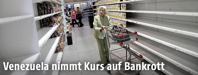 Frau vor leeren Regalen im Supermarkt