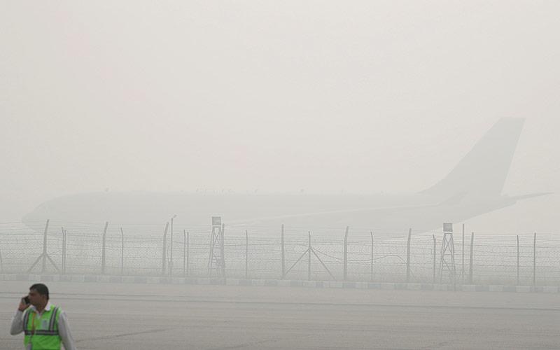 Das Flugzeug von Prinz Charles im Smog von Neu Delhi