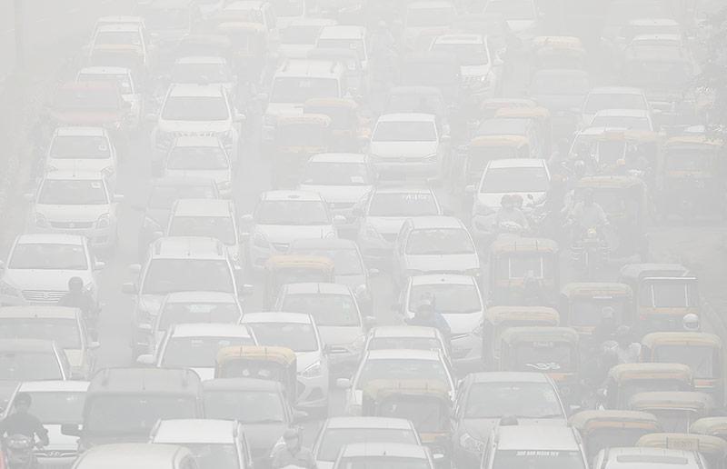 Tausende Autos im Smog auf den Straßen von Neu Delhi
