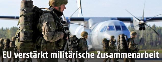 Soldaten vor Transportflugzeug