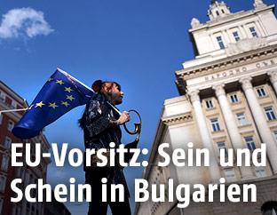 Frau in Sofia mit einer EU-Flagge