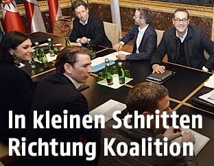 Koaltionsverhandler von ÖVP und FPÖ am Verhandlungstisch