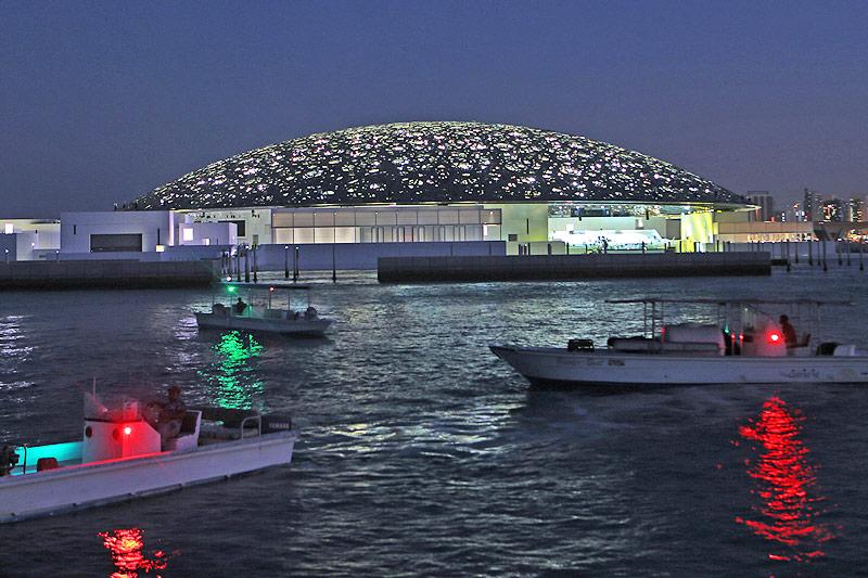 Nächtliche Ansicht des Louvre-Museums von Abu Dhabi