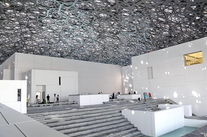 Innenansicht des Louvre-Museums von Abu Dhabi