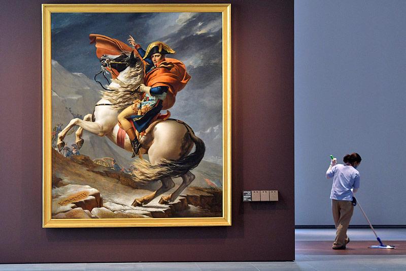 Putzfrau neben einem Napoleon-Gemälde von Jacques-Louis David