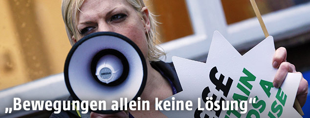 Demonstrantin mit Megaphon
