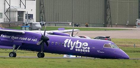 Flugzeug von Flybe ist vornüber gekippt