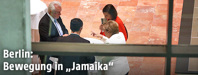 Die deutsche Kanzlerin Angela Merkel (CDU) im Gespräch mit Cem Ozdemir (Grüne), Katrin Göring-Eckardt (Grüne) und Wolfgang Kubicki (FDP)