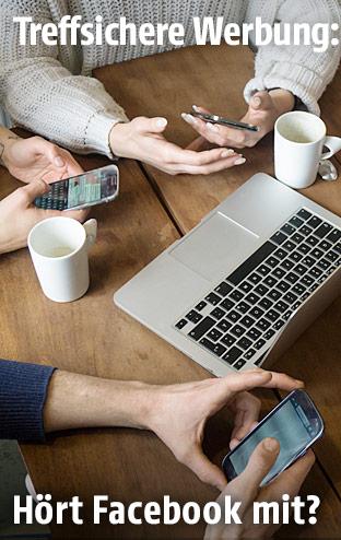 Menschen sitzen mit einem Smartphone an einem Tisch