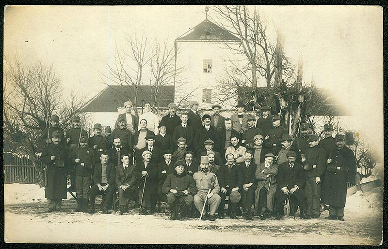 Internierte vor Schloss Illmau, 1914-1918