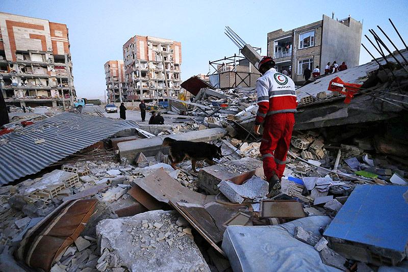 Rettungskräfte suchen in Trümmern nach Überlebenden