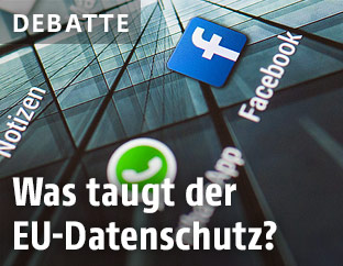 Handydisplay zeigt Facebook-Logo