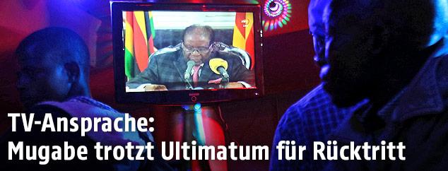 Simbabwer sehen einer TV-Ansprache von Präsident Robert Mugabe zu