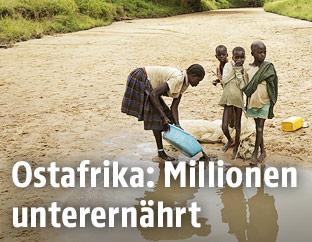 Frau mit Kindern in Uganda