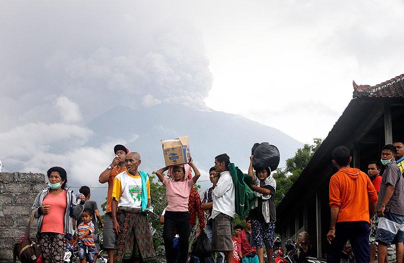 Menschen vor dem Vulkan Agung