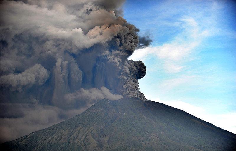 Rauchsäule über dem Vulkan Agung