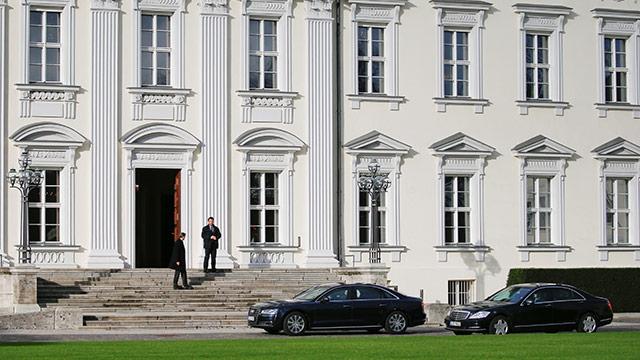 Regierungsfahrzeuge vor dem Bellevue Palast