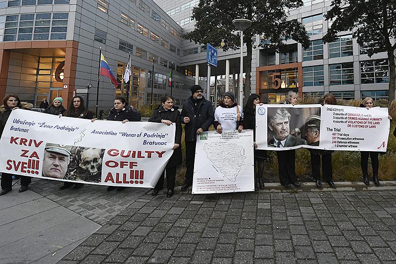 Demonstranten vor dem Gerichtsgebäude in Den Haag