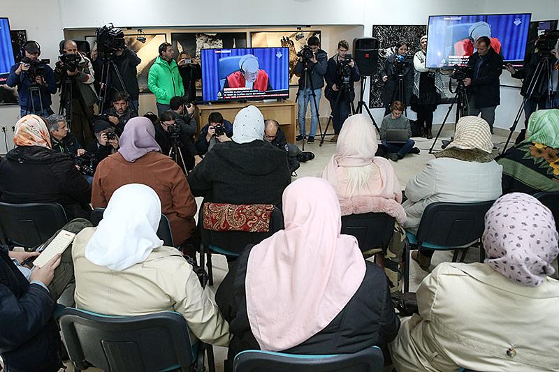 Menschen verfolgen auf Monitoren in Srebrenica das Tribunal in Den Haag