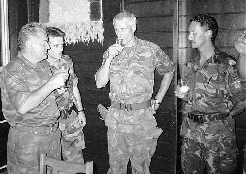 General Mladic und der niederländische Kommandant des Blauhelmbataillons, Thom Karremans, prosten sich mit Schnapsgläsern zu