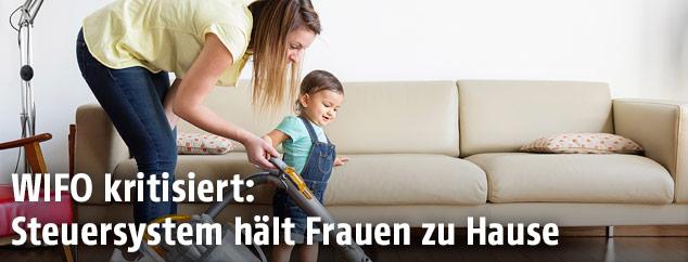 Frau mit Kleinkind bei Hausarbeit