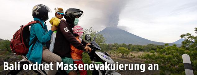 Mopedfahrer vor dem Vulkan Agung