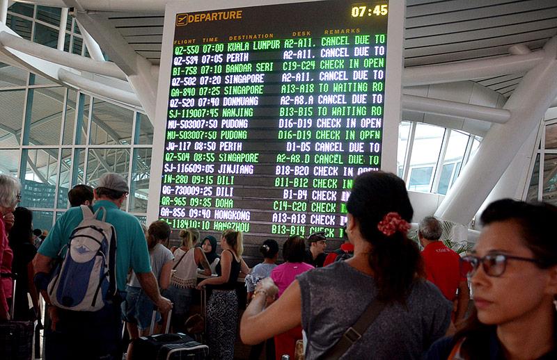 Anzeigetafel mit gestrichenen Flügen auf dem Flughafen von Bali
